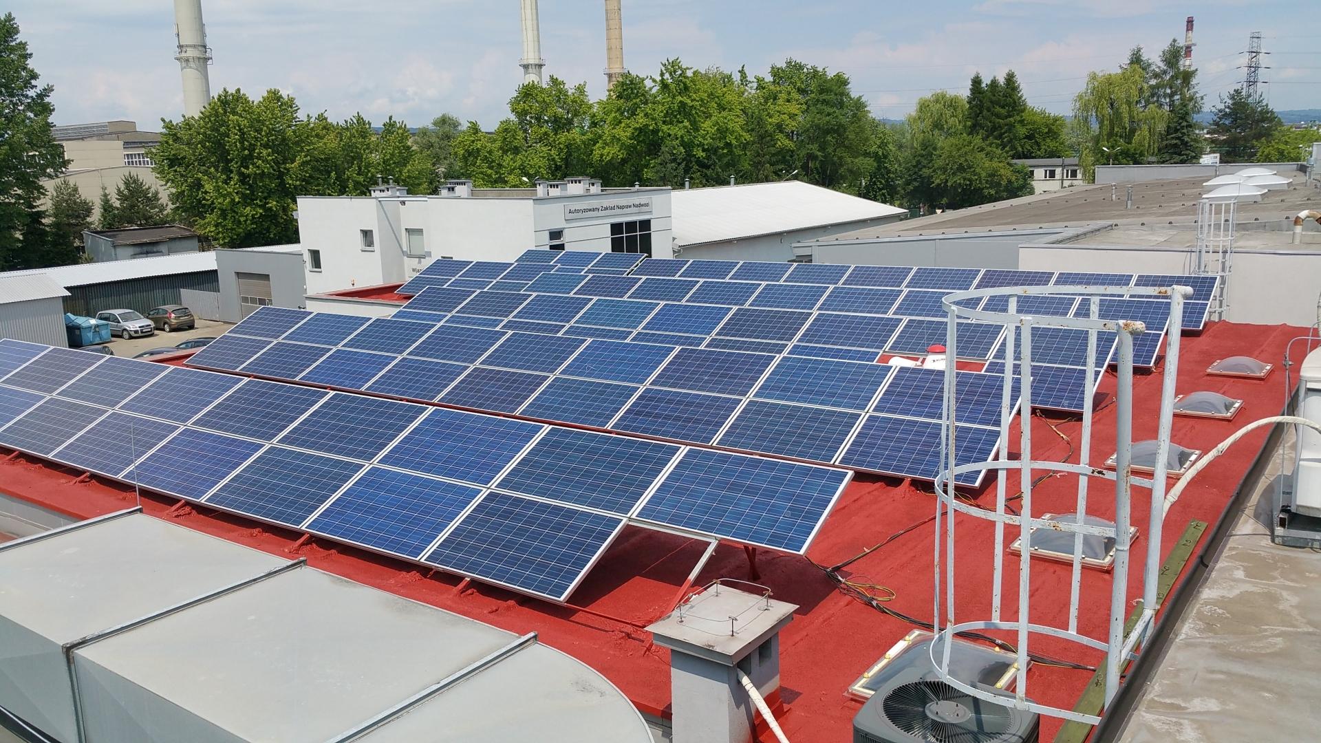 Dach z piany poliuretanowej i panele PV